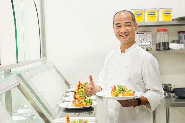 Master Chef Phạm Tuấn Hải trổ tài nấu nướng khiến khách hàng vô cùng thích thú