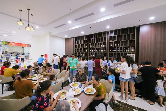 Khách hàng thưởng thức các món ngon do Master Chef Phạm Tuấn Hải chế biến ngay tại khu trải nghiệm ẩm thực tại tầng 2 của siêu thị Sunsine Mart.
